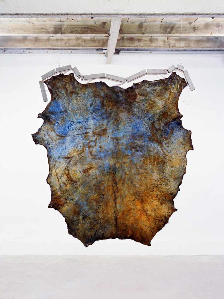 Derma Soft Havana, cuir transparent, acier, résine, 90 x 105 x 4 cm, 2017 - Photo © Alexandre Guirkinger.