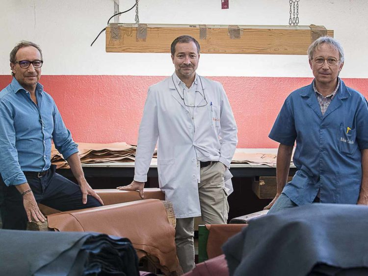 Au centre, Carlos Riba Antò, dirigeant issu de la quatrième génération de l'entreprise familiale, entouré de ses deux frères. À gauche, Kiko, Directeur Commercial et à droite Joan,  Directeur Technique.