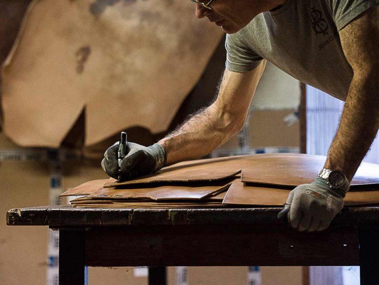 Compte tenu des contraintes que subit une semelle de chaussure, la première des conditions est d'abord de travailler des peaux très épaisses.