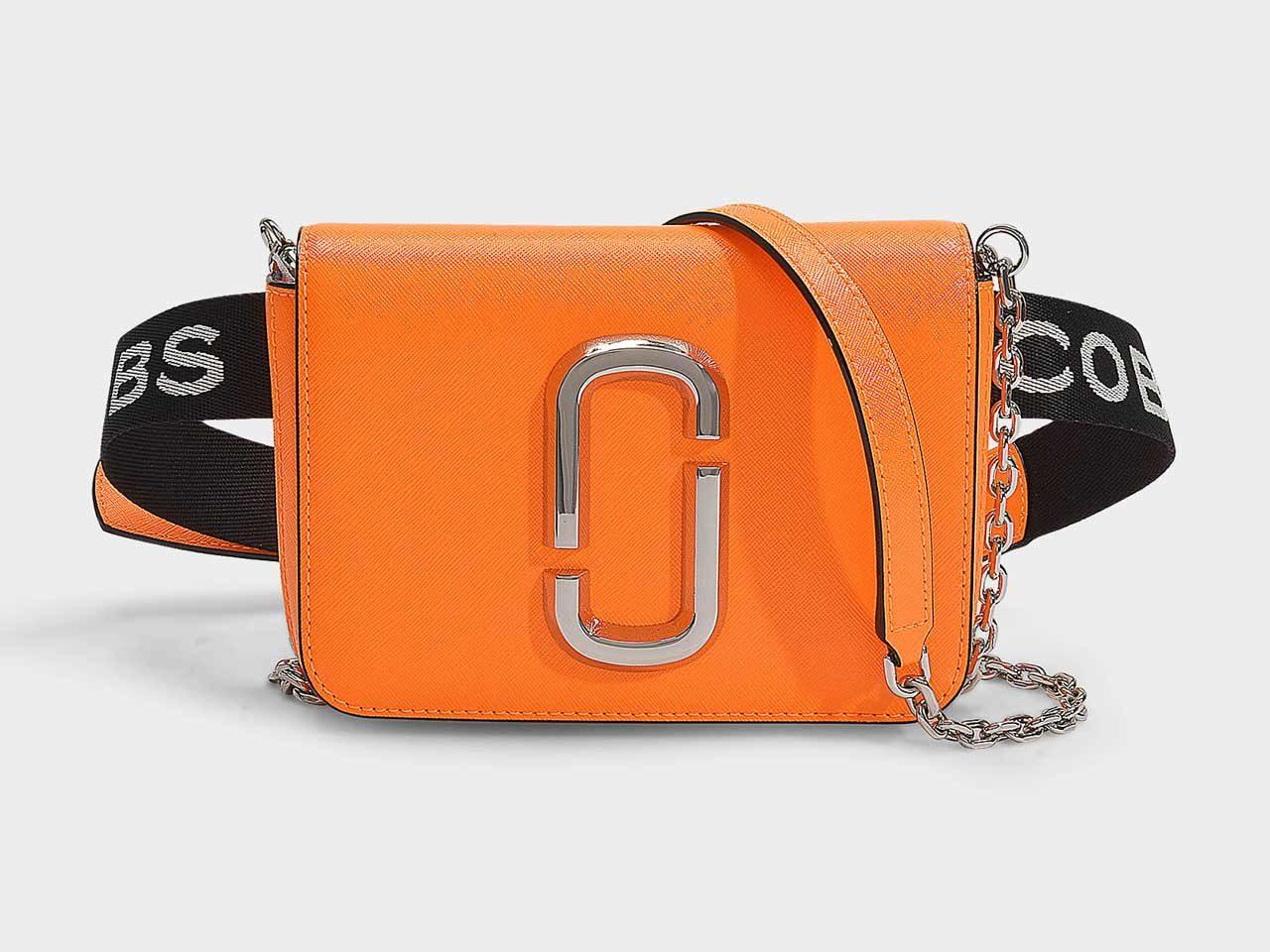 Le sac ceinture Hip Shop Fluoro en cuir de veau Marc Jacobs se porte aussi à l'épaule