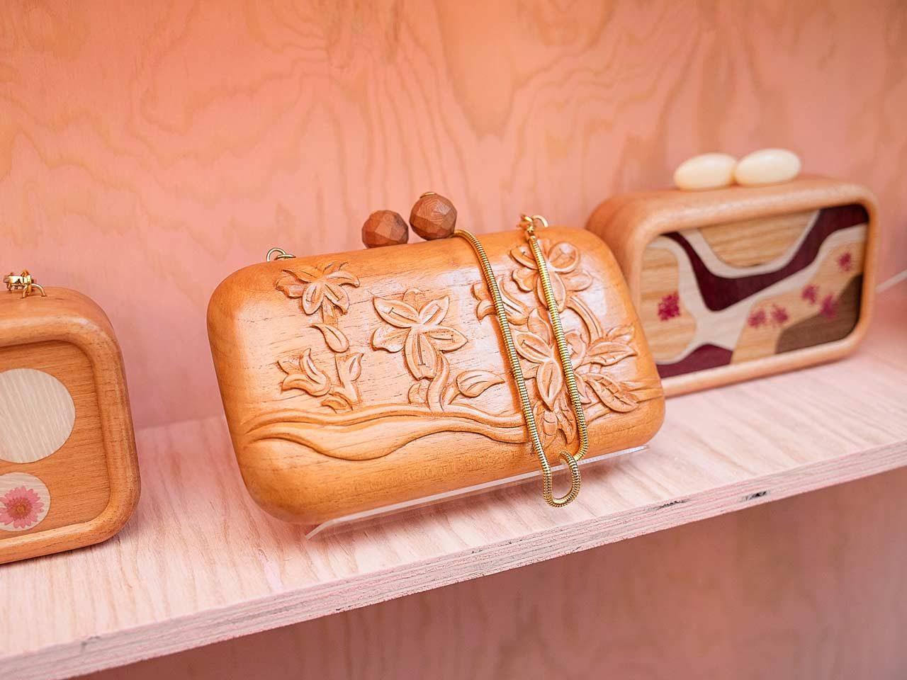 Minaudières en bois de la créatrice brésilienne Sylvie Quartara, sous la marque Sy&Vie
