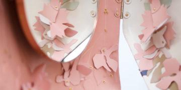 Miroir « Chérie » de Marie Barthès présenté à l'occasion de Révélations Paris. Entièrement gainé de cuir, il s'ouvre et se referme au grè des envies.