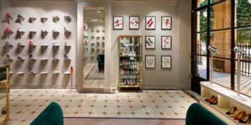 Manolo Blahnik a choisi le Palais Royal pour ouvrir sa boutique parisienne.