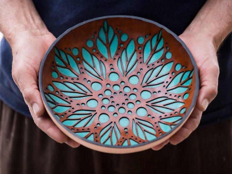 Dans sa maison-atelier aux accents hippies bohèmes, peuplée d'outils et de créations originales, règne en maître le concept du slow design.