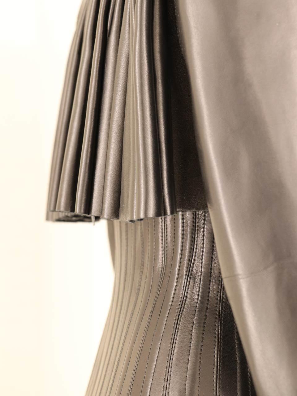 Détail veste plissée en cuir Alaïa