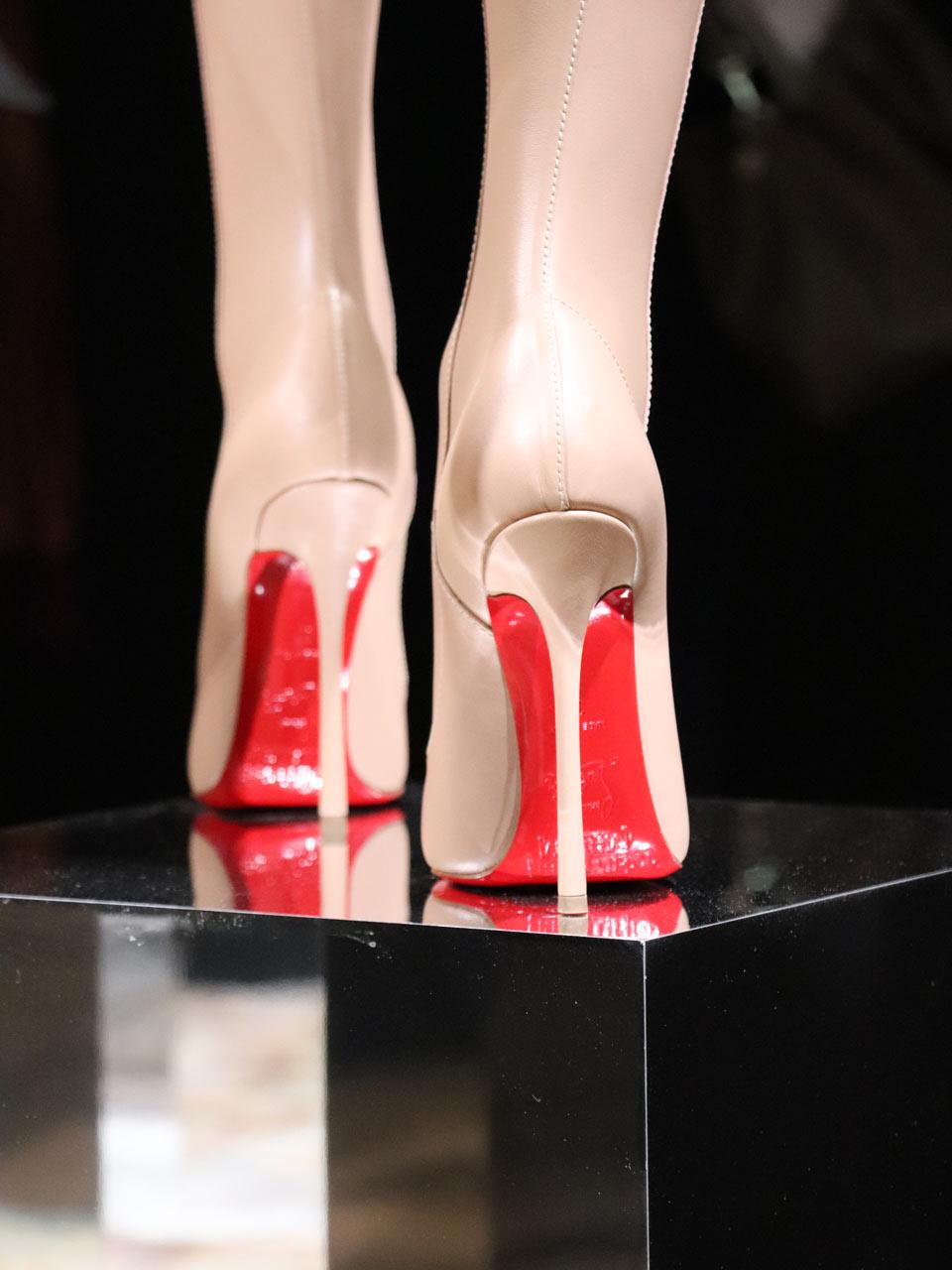 Louboutin série Nudes souliers