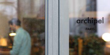 Archipel passe un nouveau cap avec l'ouverture d'un espace hybride, entre atelier, show-room et boutique à La Villa du Lavoir dans le dixième arrondissement de Paris.