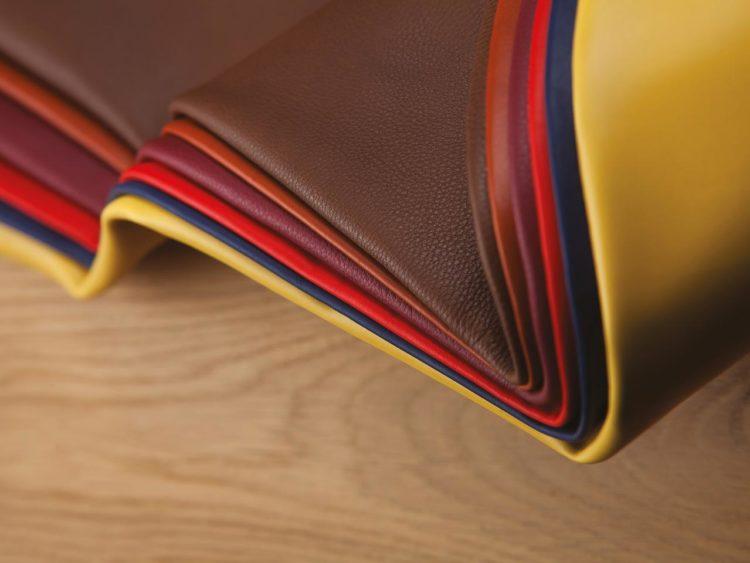 Cuirs grainés, cuirs nubucks, cuirs lisses dans une innombrable palette de couleurs du pastel au vif (fushia, orange, vert, terre, olive, rouge, crème, rose, ciel) jusqu'aux incontournables noir et blanc, « les finitions de la ligne 40075 ont un rendu très naturel, les peaux sont très rondes et ont le même caractère photosensible que le tannage végétal traditionnel ».