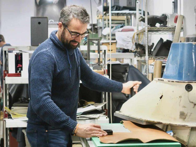 Olivier Maingui a créé 5ème Génération, une ligne de petite maroquinerie pour hommes prônant l'authenticité, incarnée par les effets de patines du cuir tanné végétal. Une dizaine de modèles du porte-clefs au porte-passeport, en passant par le porte-billets revendiquent la sobriété rehaussée de finitions soignées.