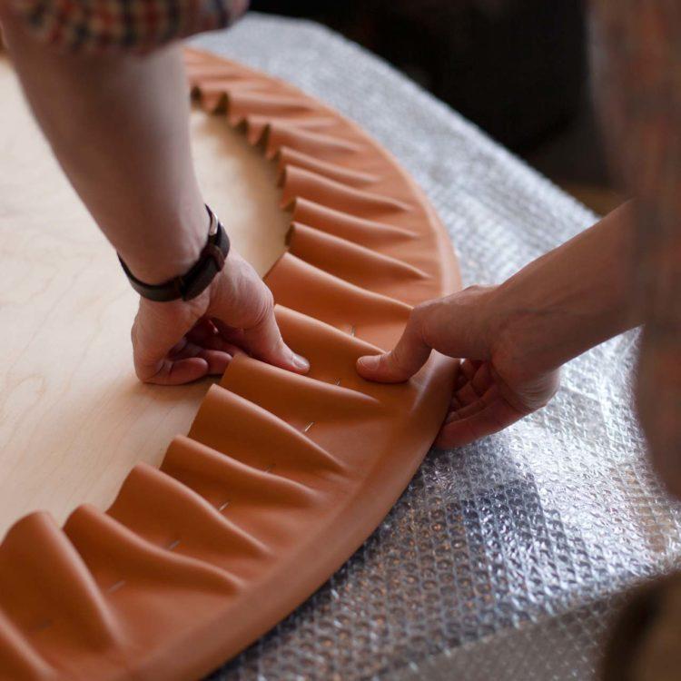 Dans le domaine du sur mesure, Pierre Roux s'adresse au secteur de l'hospitality (restaurants et hôtels) et aux boutiques qui souhaitent lui confier la conception de leurs accessoires et cadeaux d'affaires. Ci-dessus, couverture de table en cuir Baranil de la tannerie Degermann.